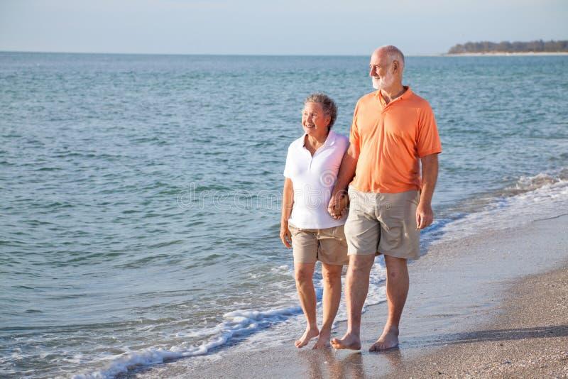 海滩夫妇浪漫高级漫步 免版税图库摄影