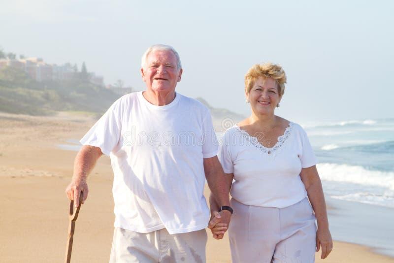 海滩夫妇老走 免版税库存图片