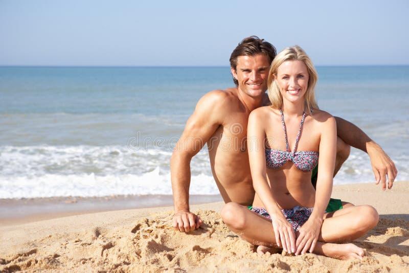 海滩夫妇节假日年轻人 免版税库存照片