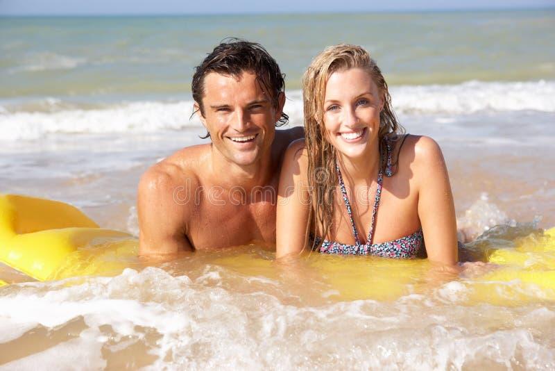 海滩夫妇节假日年轻人 免版税图库摄影