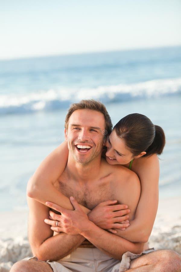海滩夫妇被迷恋的拥抱 免版税图库摄影