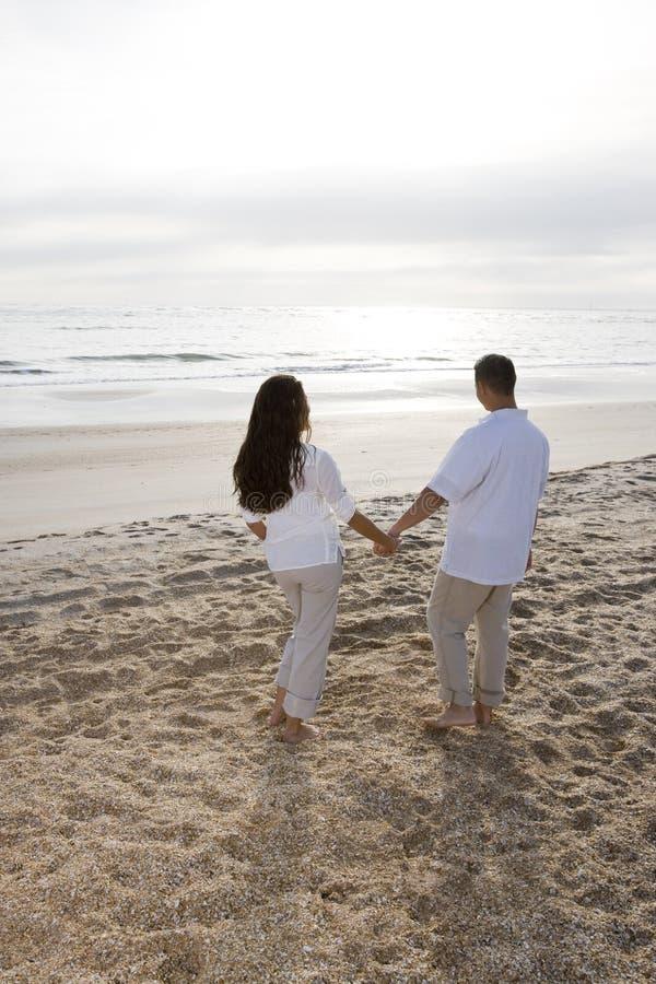 海滩夫妇西班牙浪漫日出注意 库存照片