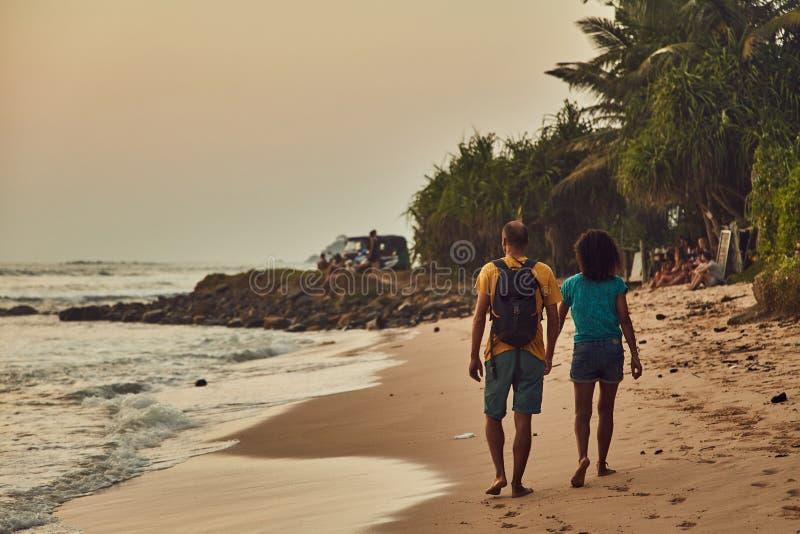 海滩夫妇走 海滩在斯里兰卡 印度洋 日落 Midigama  库存照片