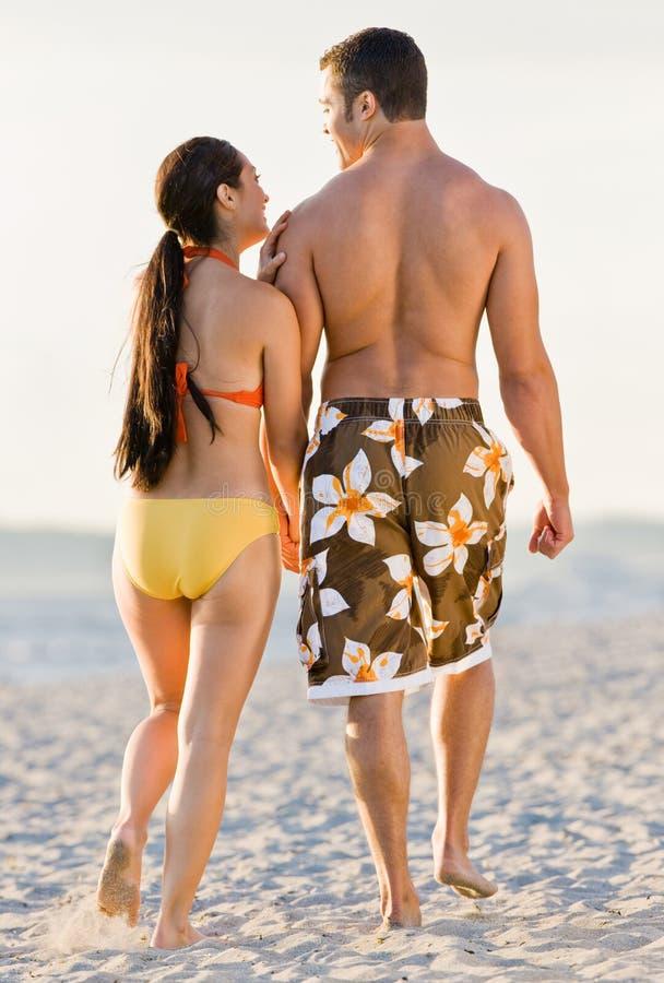 海滩夫妇走 免版税图库摄影
