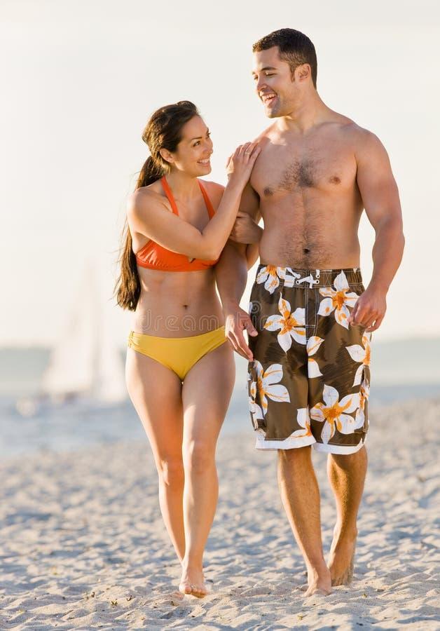 海滩夫妇走 免版税库存图片