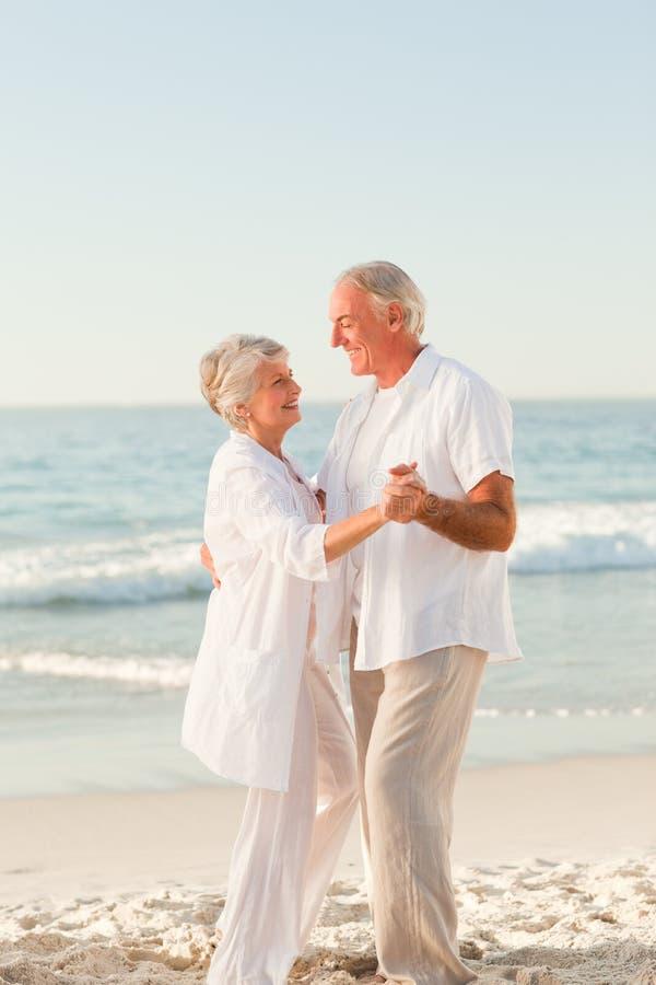 海滩夫妇跳舞年长的人 图库摄影