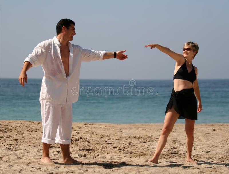 海滩夫妇跳舞 免版税库存图片