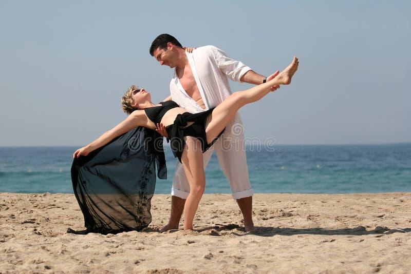 海滩夫妇跳舞 免版税库存照片