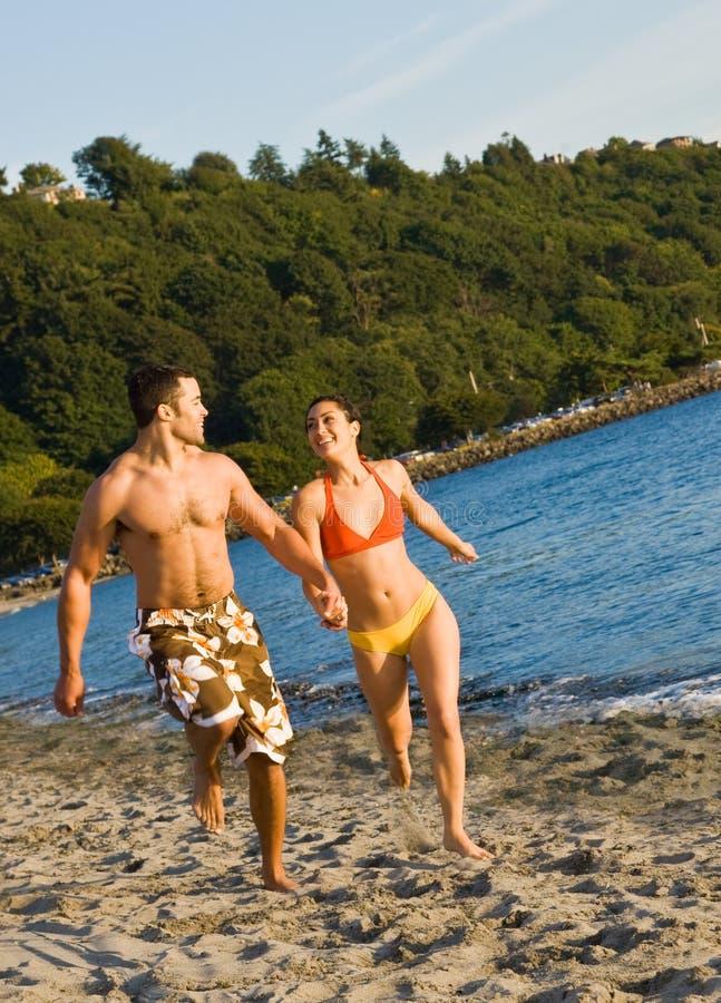 海滩夫妇运行中 免版税库存照片
