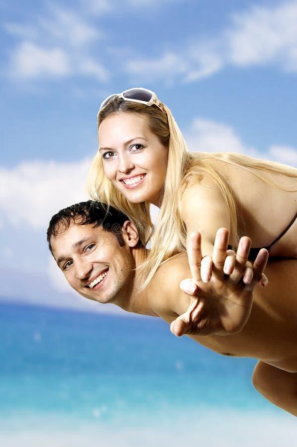 海滩夫妇飞行有的乐趣爱恋的手段 免版税库存图片