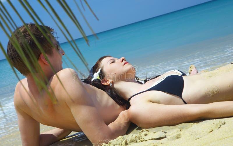 海滩夫妇 免版税库存照片