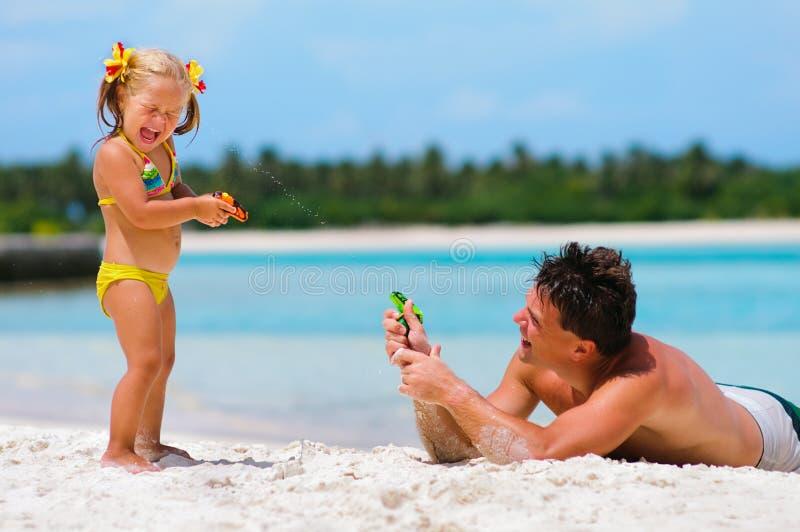 海滩女儿异乎寻常的父亲乐趣有他的 免版税库存照片