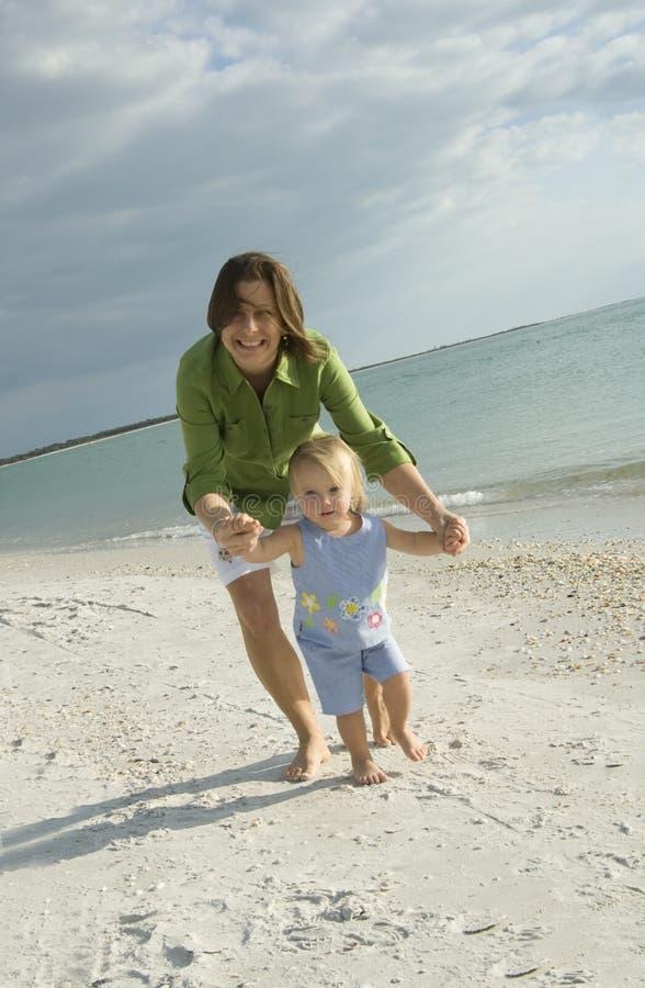海滩女儿母亲 库存照片