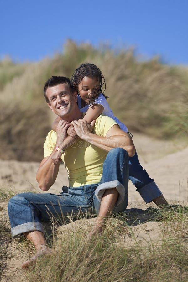 海滩女儿父亲女孩愉快人使用 免版税库存图片
