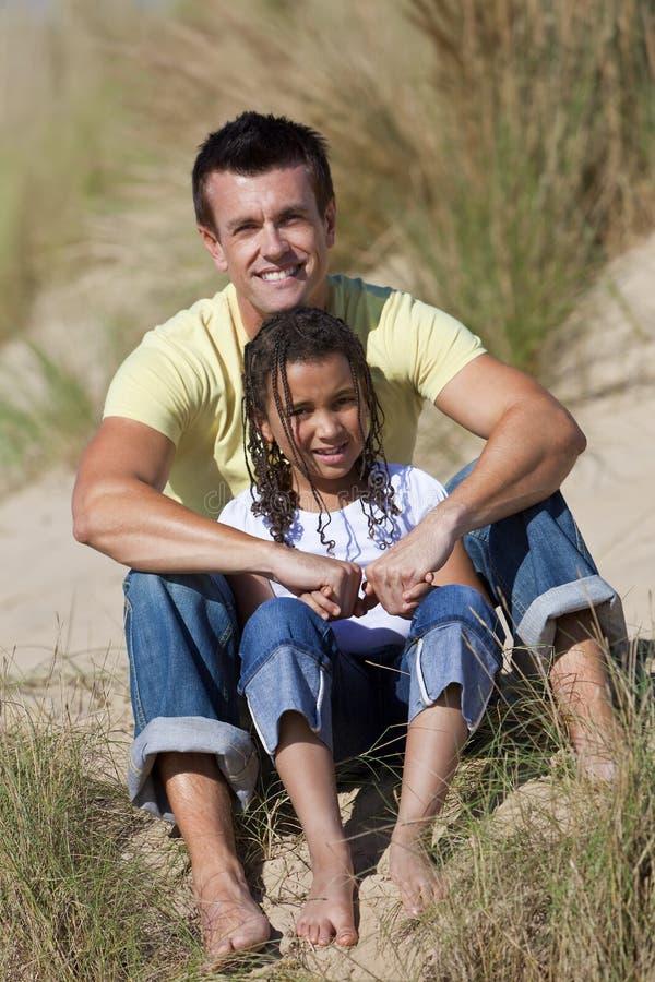 海滩女儿父亲愉快的开会 库存图片