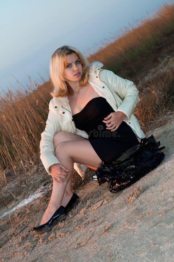 海滩女孩俏丽的开会 图库摄影