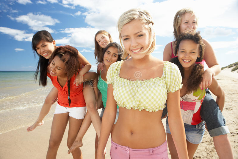 海滩女孩少年走 图库摄影