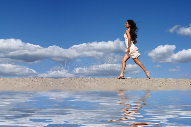 海滩女孩运行中 库存照片