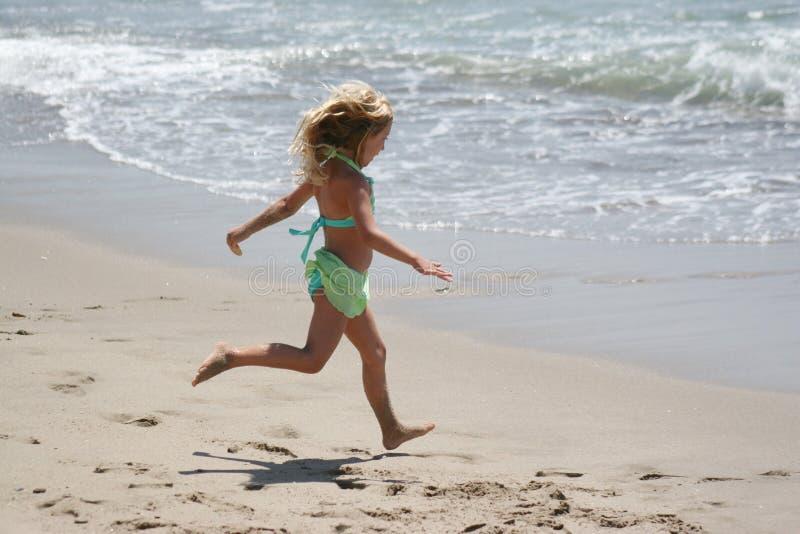 海滩女孩运行中 图库摄影