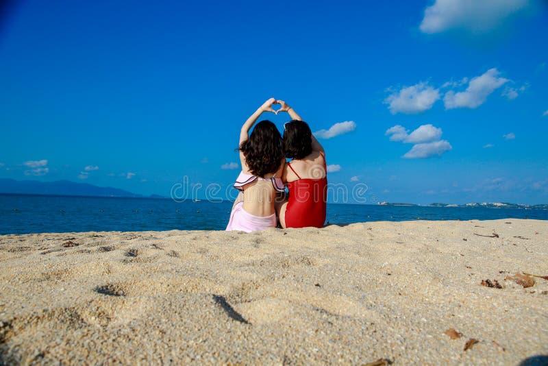 海滩好朋友的愉快的女孩 免版税库存照片