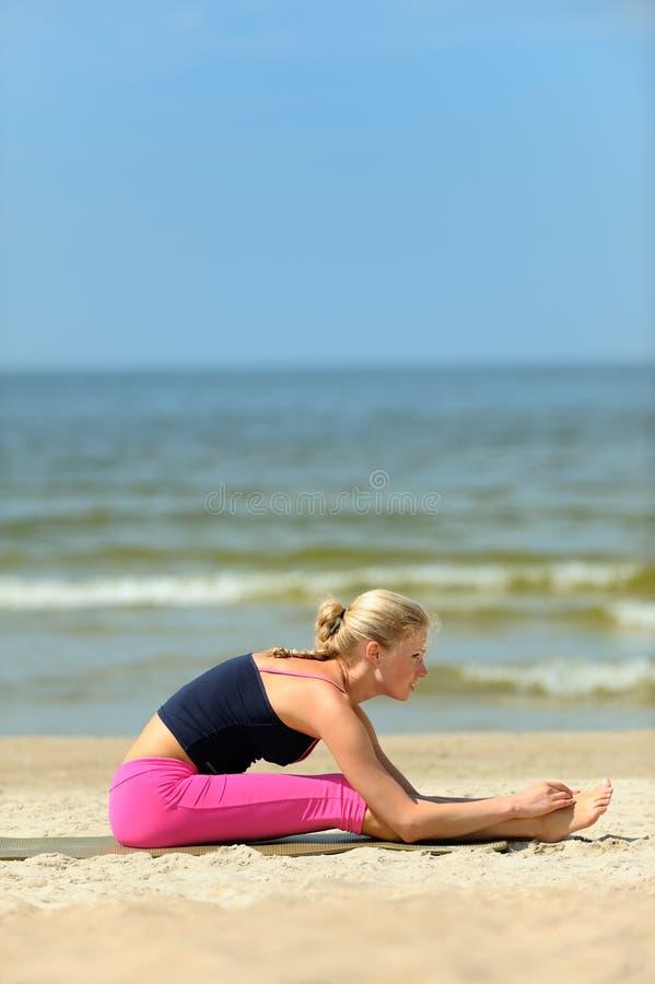 海滩妇女锻炼 免版税库存图片