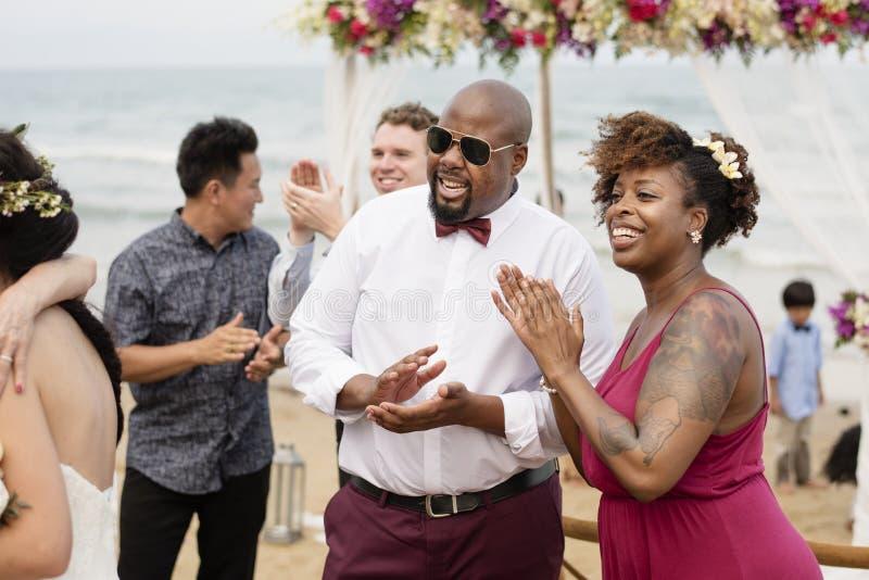 海滩婚礼仪式的客人 图库摄影