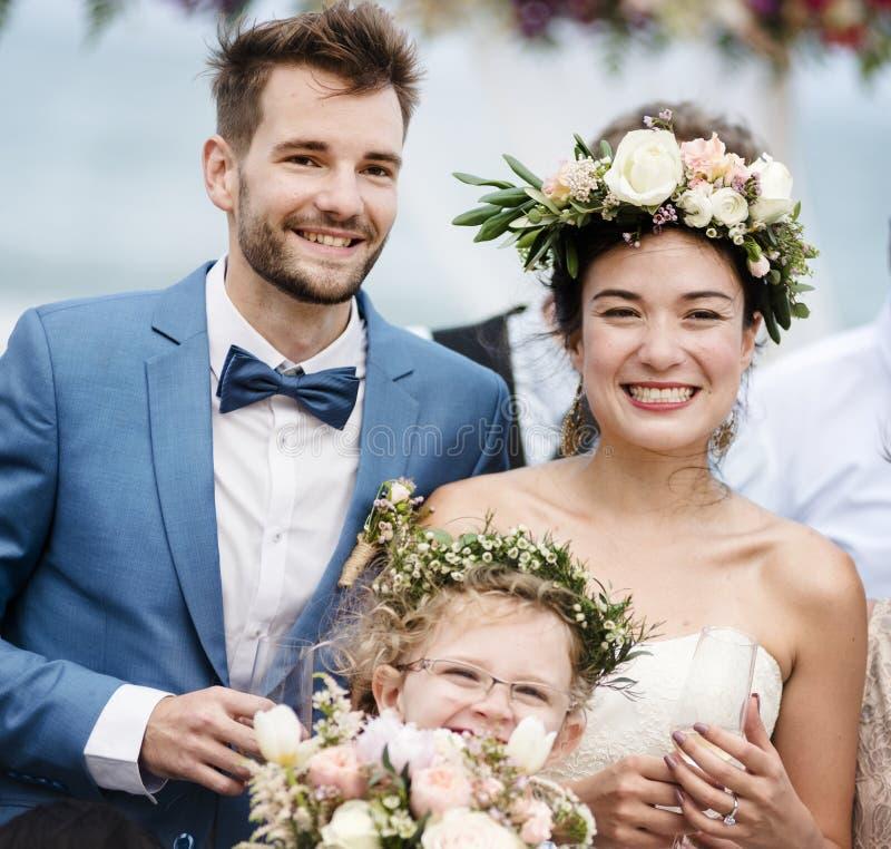 海滩婚礼仪式的快乐的新婚佳偶 库存图片