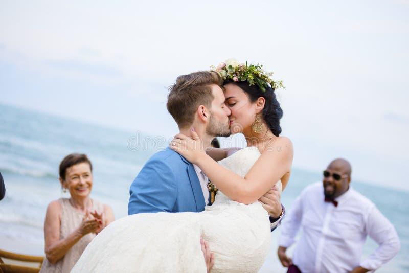 海滩婚礼仪式的快乐的新婚佳偶 免版税库存照片