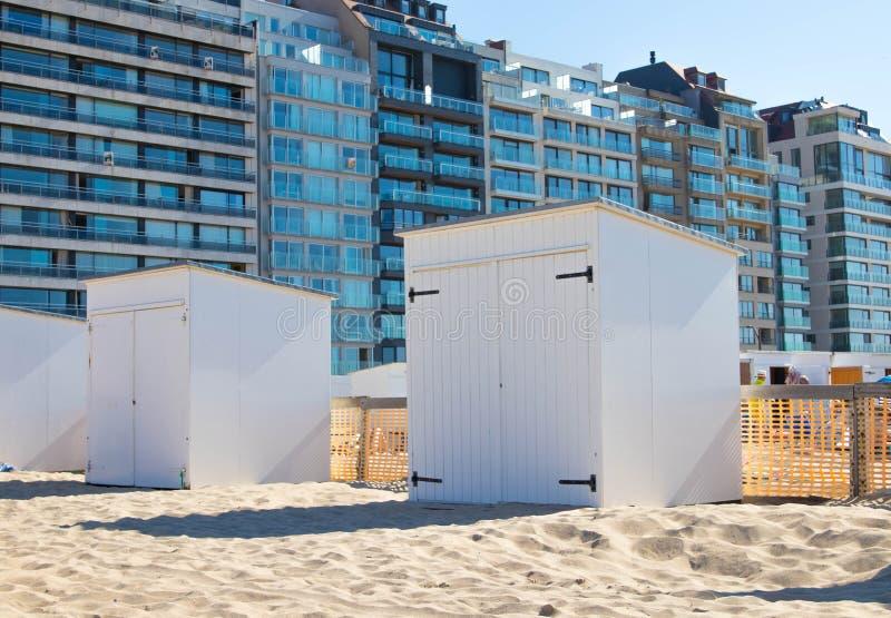 海滩客舱小屋木沙子knokke比利时 免版税库存图片
