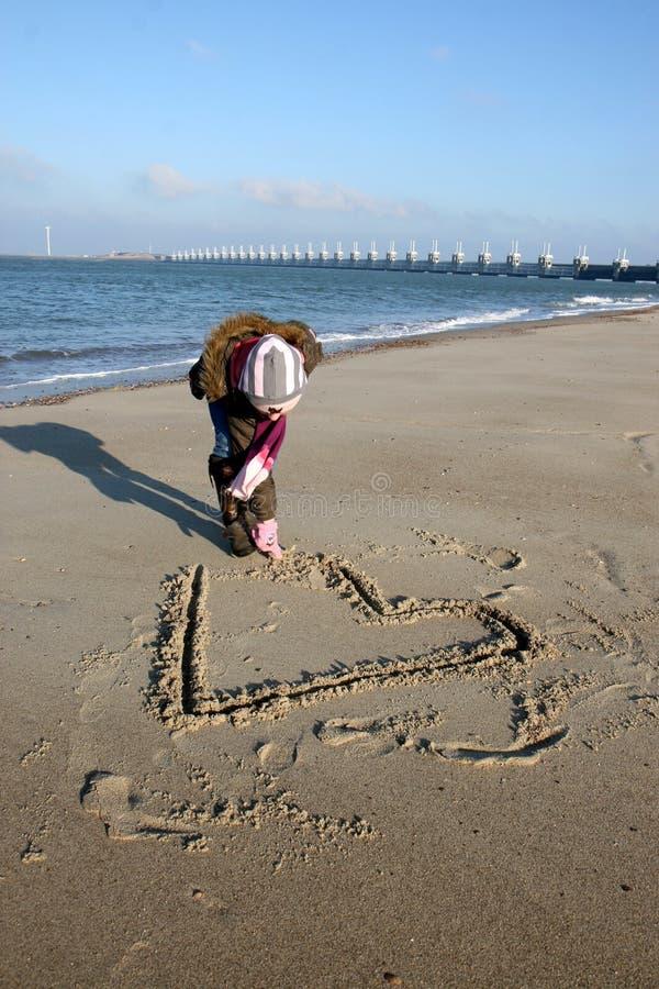 海滩寒冷爱 免版税库存照片