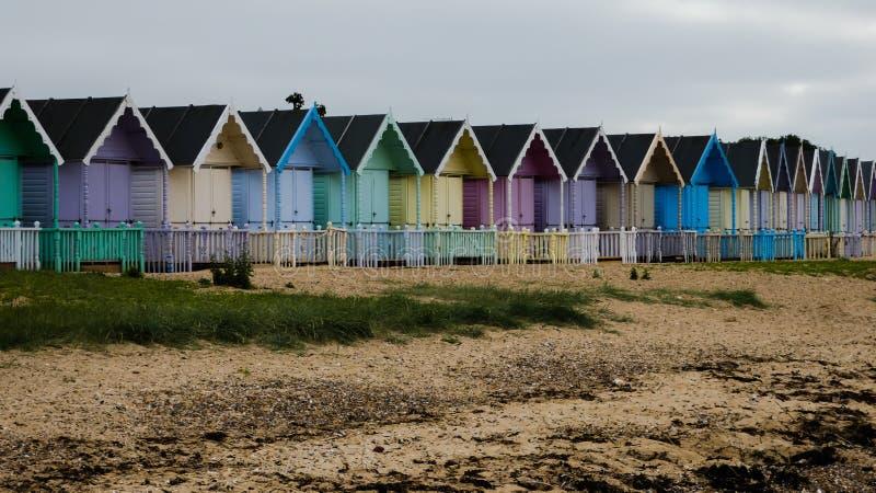 海滩小屋在一场风暴以后的英国在西部Mersea,英国英国 免版税库存图片