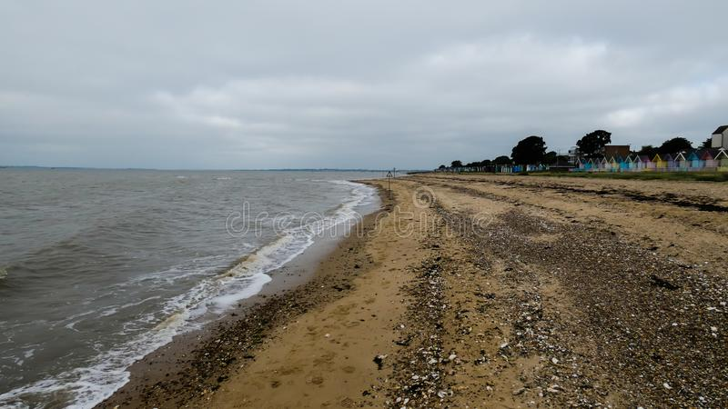 海滩小屋在一场风暴以后的英国在西部Mersea,英国英国 库存照片