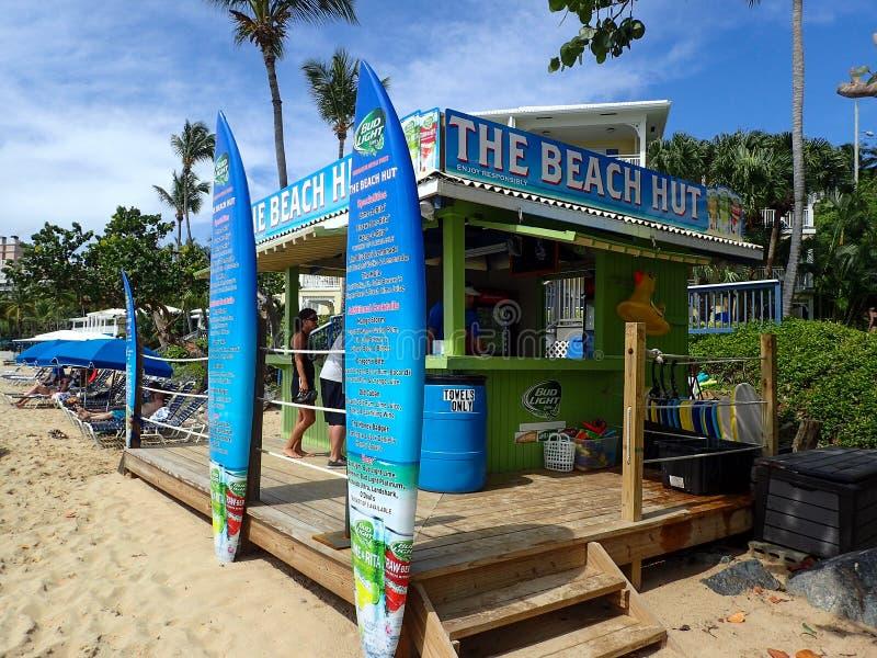 海滩小屋您能买啤酒和鸡尾酒和租赁海滩玩具的地方 免版税库存照片