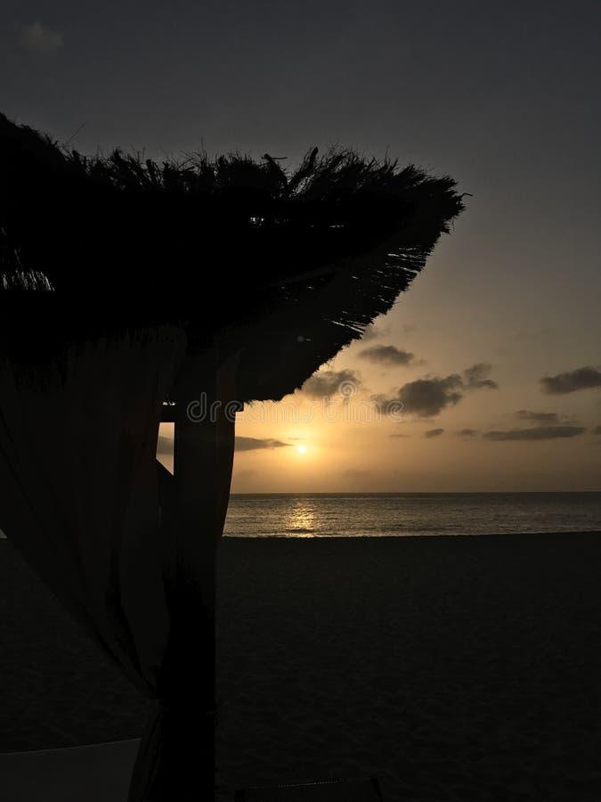 海滩小屋日落 库存照片