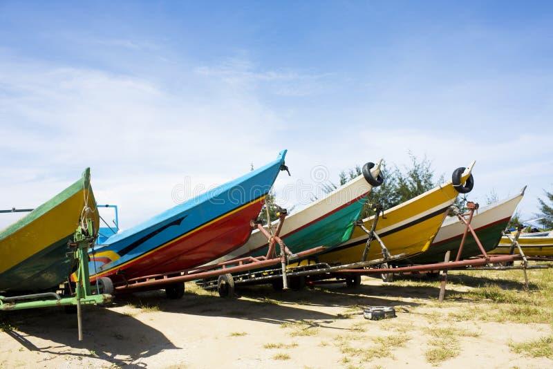 海滩小船汶莱捕鱼 免版税库存图片