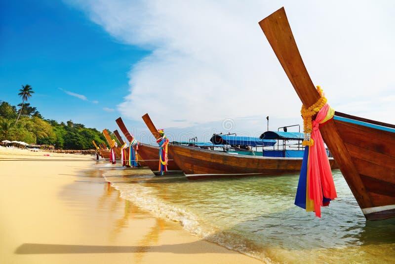 海滩小船长尾巴热带的泰国 图库摄影