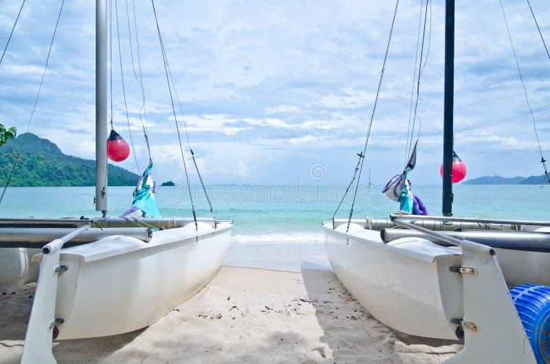 海滩小船datai langkawi马来西亚风帆 免版税库存照片