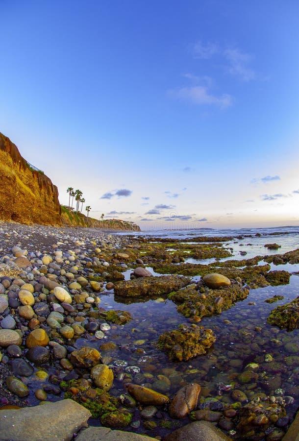 海滩岩石日落 库存照片