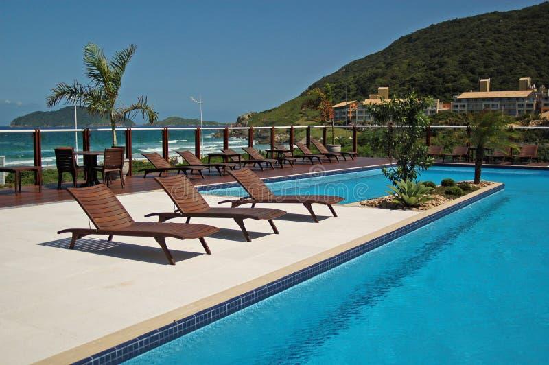 海滩巴西椅子池 免版税库存图片