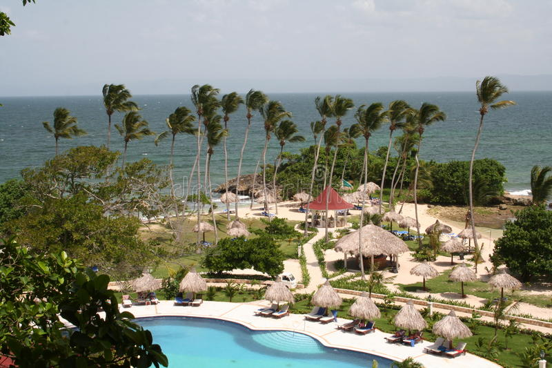 海滩庭院旅馆豪华池视图 库存图片