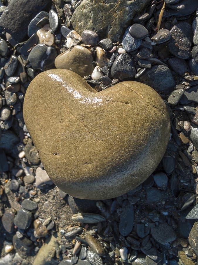 海滩心形的石头 免版税库存图片