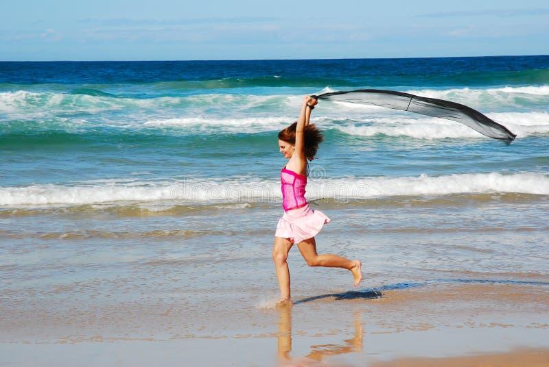 海滩愉快乐趣的女孩 免版税库存图片