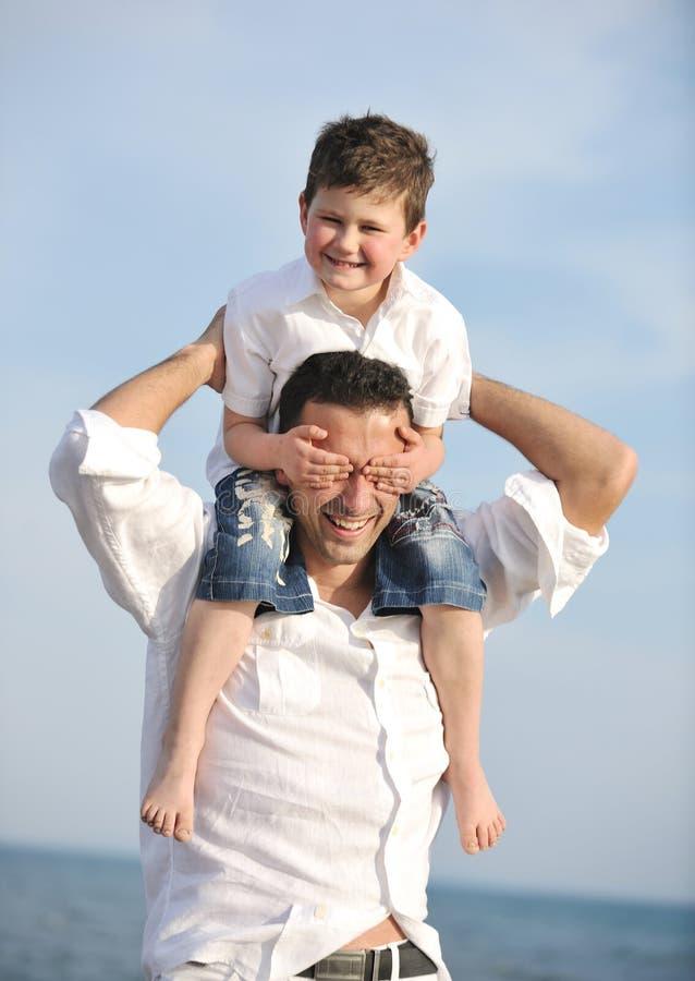 海滩愉快父亲的乐趣有儿子 免版税库存照片