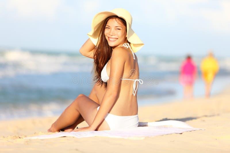 海滩愉快的假期妇女 免版税库存图片