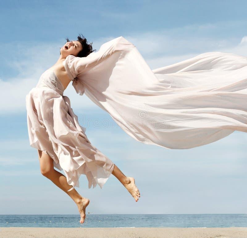 海滩愉快的妇女 免版税图库摄影