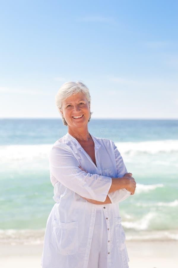 海滩愉快的退休的妇女 库存照片
