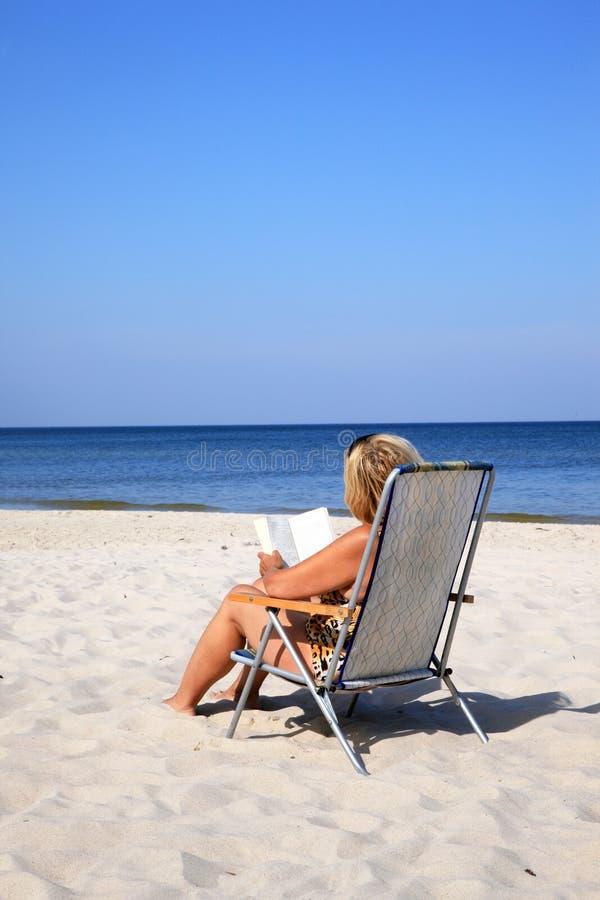 海滩成熟妇女 库存图片