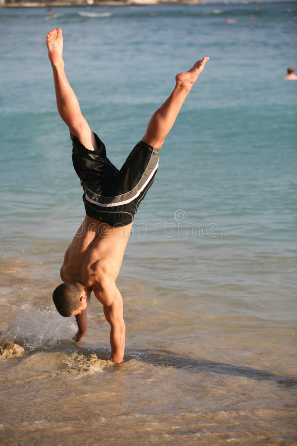 海滩手倒立 图库摄影