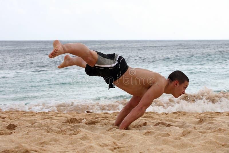 海滩手倒立 库存照片