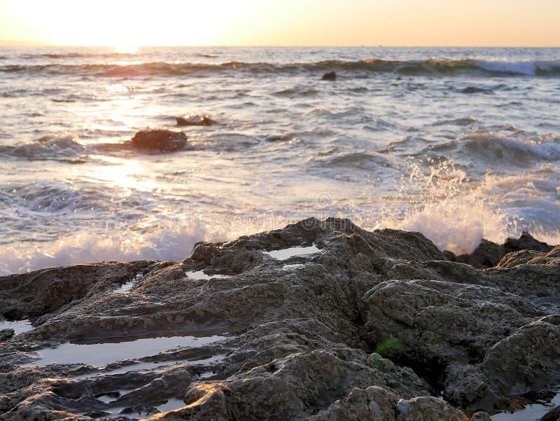 海滩挥动碰撞在岩石,南加州海岸圣地亚哥,水晶小海湾,圣塔巴巴拉,海峡群岛卡塔利娜Isl 免版税库存图片